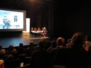 Feministischer Aktivismus als Performance: Podiumsdiskussion mit Maria Fedorova (Moderatorin), Thaís Medeiros, Ivan Medeiros (Übersetzer), Zoe Gudović und Helen Varley Jamieson. Foto: Raquel Ro.