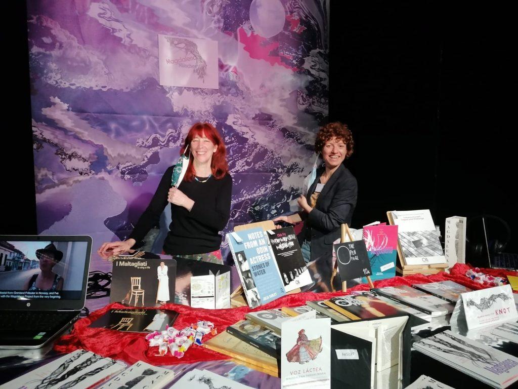 Helen und Marianne am Marktstand